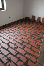 Namiesto betonoveho poteru poukladane dlazdice z palenej tehly. Na sucho, len v perodrazkach zlepene lepidlom. Na ne pojde este podlaha.