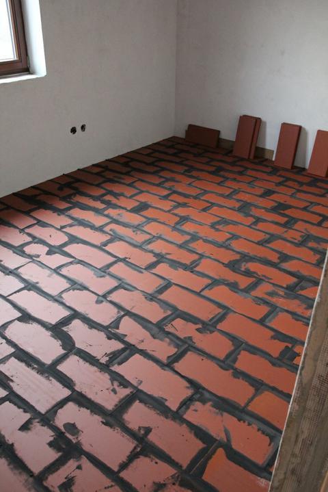 Tramovy strop, bungalow - Namiesto betonoveho poteru poukladane dlazdice z palenej tehly. Na sucho, len v perodrazkach zlepene lepidlom. Na ne pojde este podlaha.