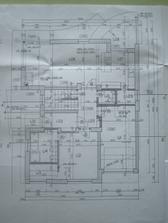 Prízemie 1.01 terasa pred vchodom, 1.02 zádverie, 1.03 chodba, 1.04 a 1.05 schodisko, 1.06 obývačka s jedálňou, 1.07 kuchyňa, 1.08 terasa, 1.09 špajza, 1.10 WC, 1.11 garáž, 1.12 spálňa, 1.13 šatník, 1.14 kúpelňa