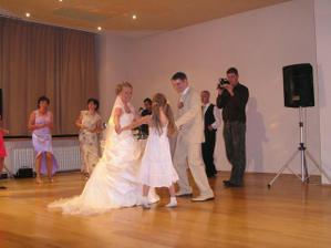 troska tancujeme s detmi...velmi sa im to pacilo...