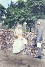pro štěstí :-) ještě den před svatbou suť ležela na palouku, kde jsme měli obřad..