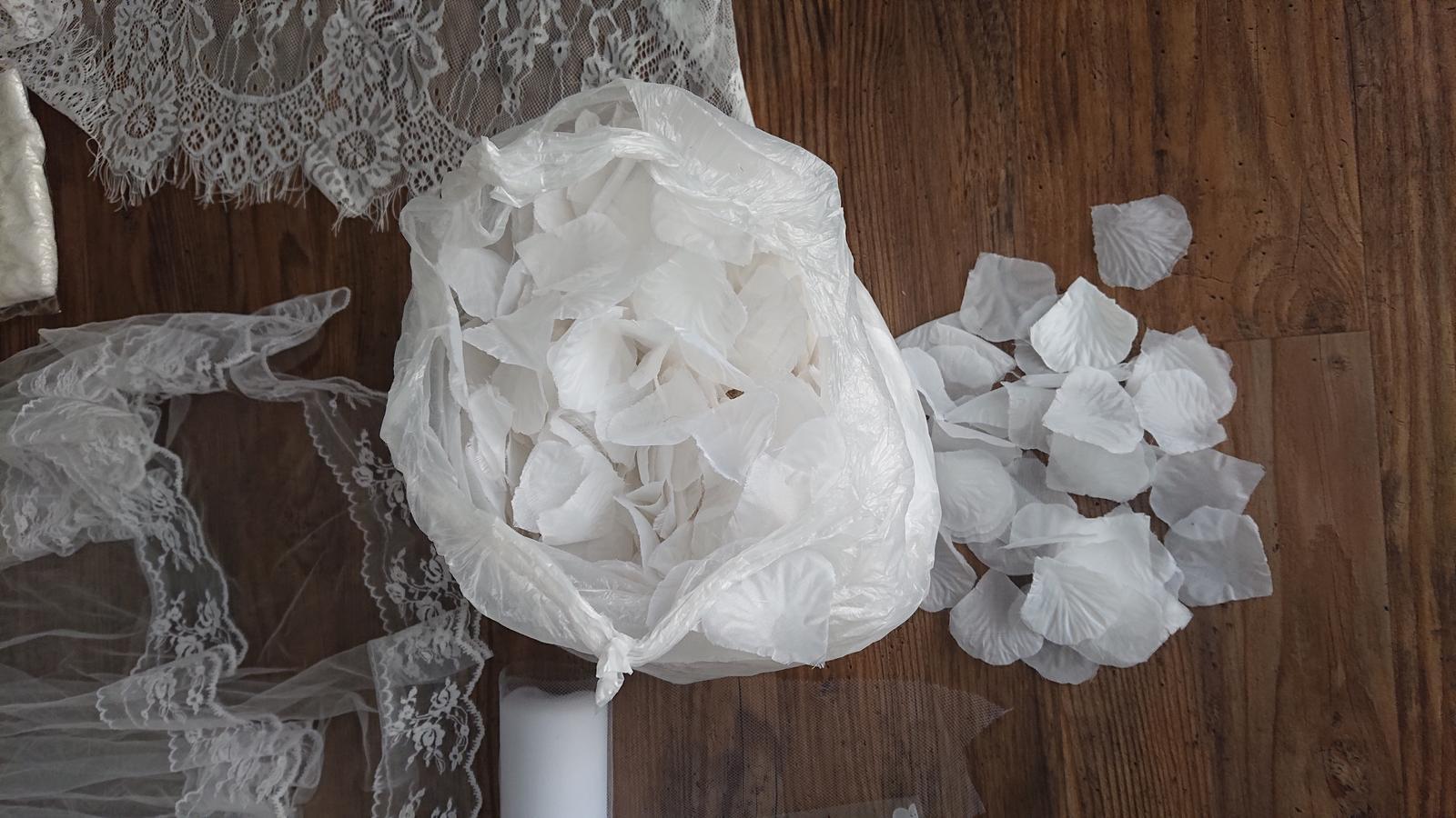 plna taska bielych lupenou - Obrázok č. 1