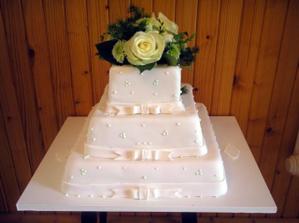 nasa hlavna svadobna torta len navrchu budu kalie