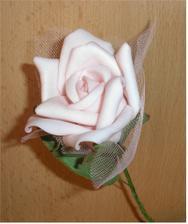 Detail jednej kvetiky ... Vyzerajú ako živé, aj na dotyk sú ako ružové lupienky. Je to taký zvláštny penový materiál.