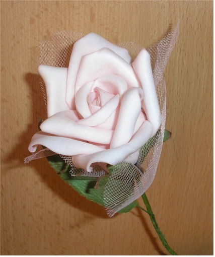 Čo postupne pribúdalo - Detail jednej kvetiky ... Vyzerajú ako živé, aj na dotyk sú ako ružové lupienky. Je to taký zvláštny penový materiál.