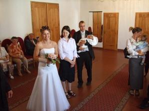 Zleva: nevěsta, moje sestra, její manžel s malým Davídkem a úplně na kraji pak švagrová s malým Lukáškem