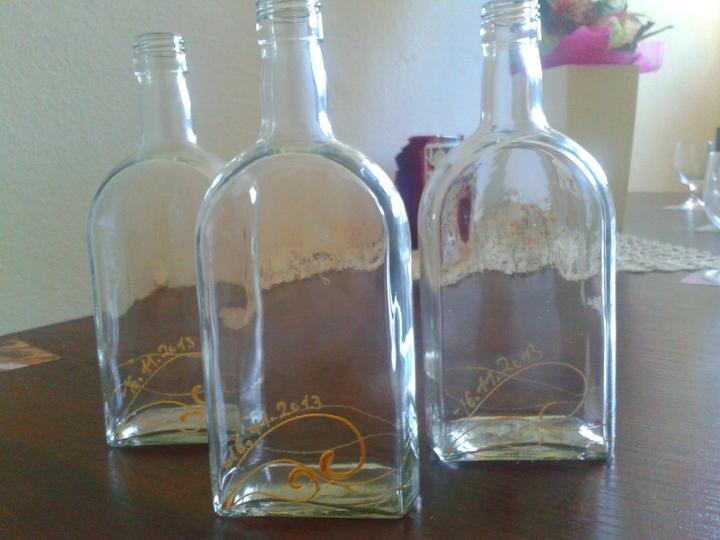 Naša svadobná horúčka - a flasky na vysluzku su hotove :) bolo to narocne nieco vymysliet...no nakoniec, si myslim, ze to vyzera celkom dobre :)  v jednoduchosti je krasa