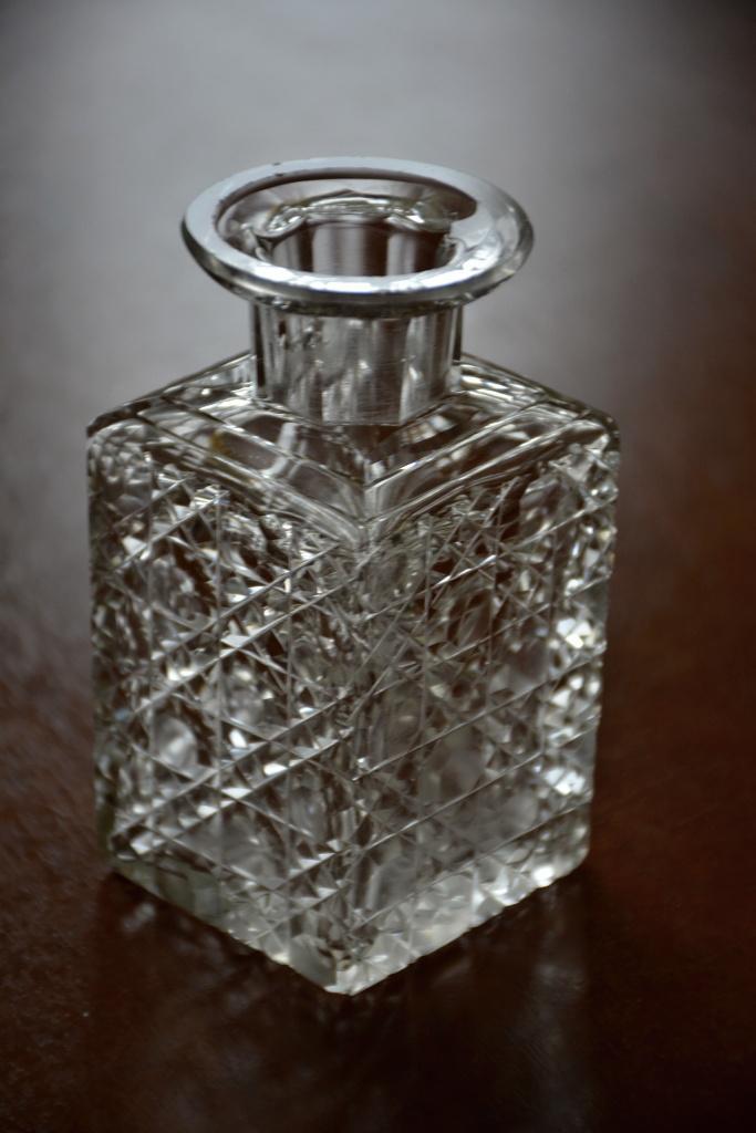 Skleněná broušená hranatá lahvička - Obrázek č. 1