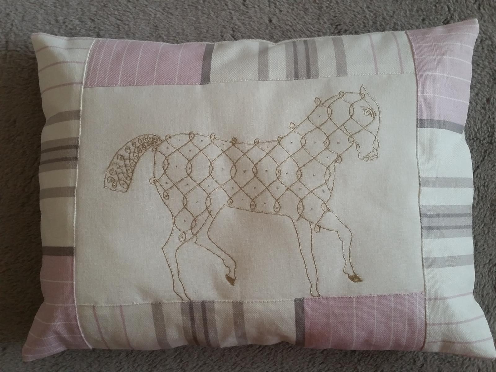 polštářek s vyšitým koněm - Obrázek č. 1