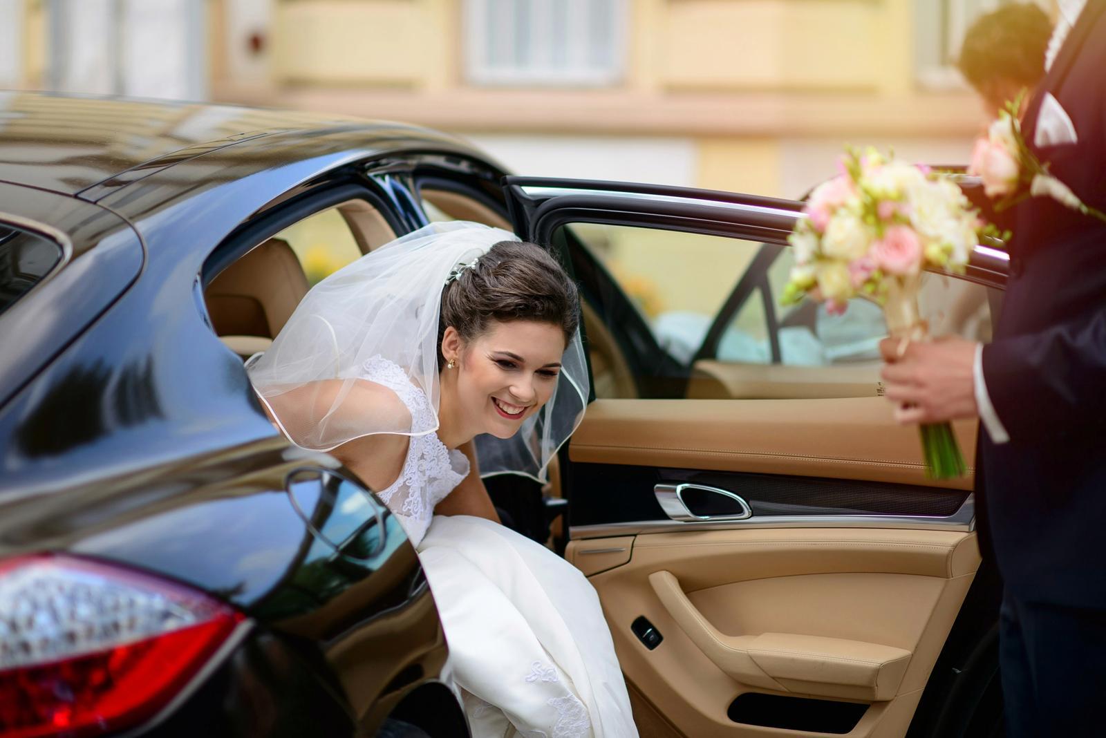V{{_AND_}}M - Áno, bola to sranda dostať sa z auta v šatách s takou vlečkou :-)