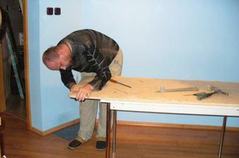 rekonstrukce stolu - máme atipycký prostor a šikovného muže :-)))
