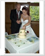 Krájení dortu - pak mu upadl nůž na mé šaty, naštěstí byly jen od dortu, ale už mohl být vdovec - nebo to byl úmysl ?!