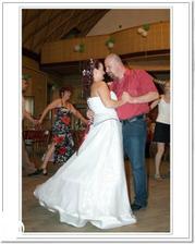 První manželský tanec. Jirka se už převlékl, protože bylo střašné vedro a byl celý propocený. Já vydržela v šatech do 2:30