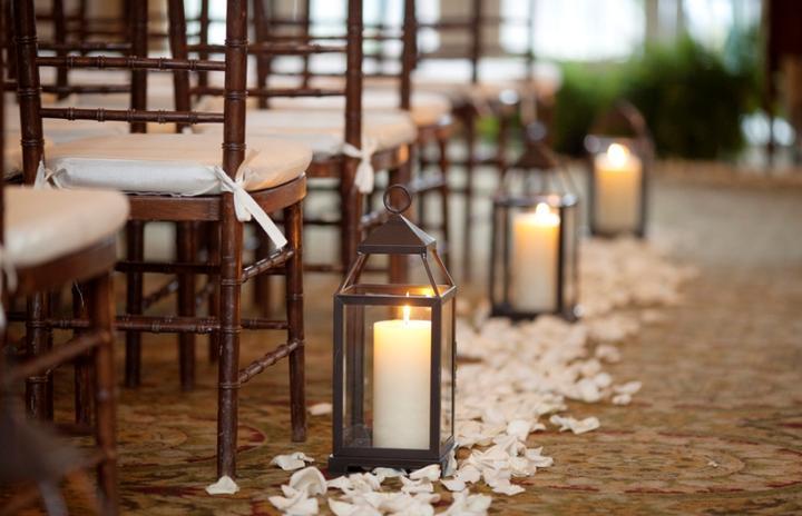 Naša romantic-rustic svadba ♥ - Takto sme to chceli cestou k oltáru :) Keďže je však ulička úzka,  dáme ich dopredu a ku dverám :)