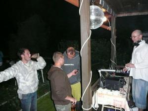 ... stejně jako náš super DJ, který nám hrál celý večer až do rána!