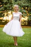 Krátké svatební šaty: Krajkový živůtek, kolová tylová sukně a spodnička. Cena 6500kč