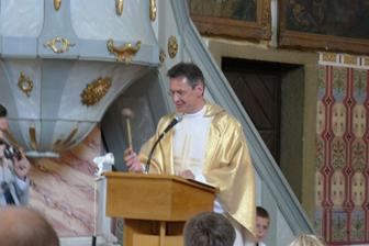 farář Kamil Obr zpestřil obřad vhodným vtipem