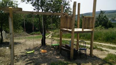 Tak už sa dá aj hojdať,ešte dorobiť domček s lezeckou stenou a šmýkalkou.