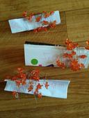 Oranžové kamínky na kovovém provázku,