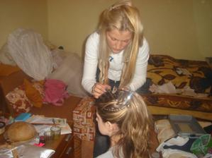 v akcii... Moja sesternica češe moje krstniatko Lauriku...
