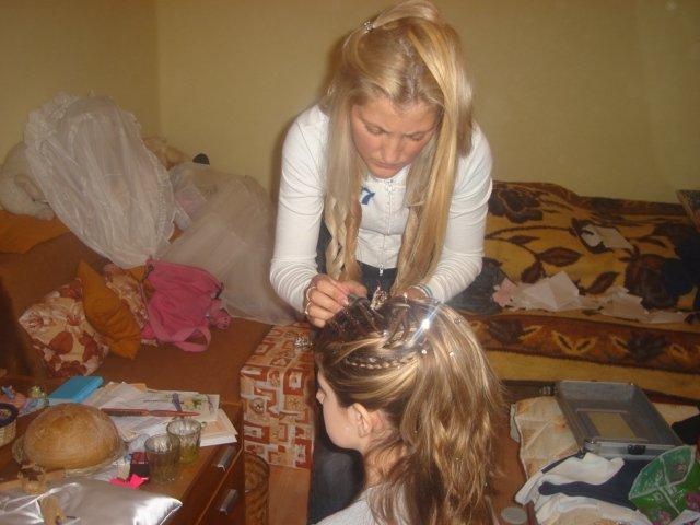 Prípravy na Náš deň :) - v akcii... Moja sesternica češe moje krstniatko Lauriku...