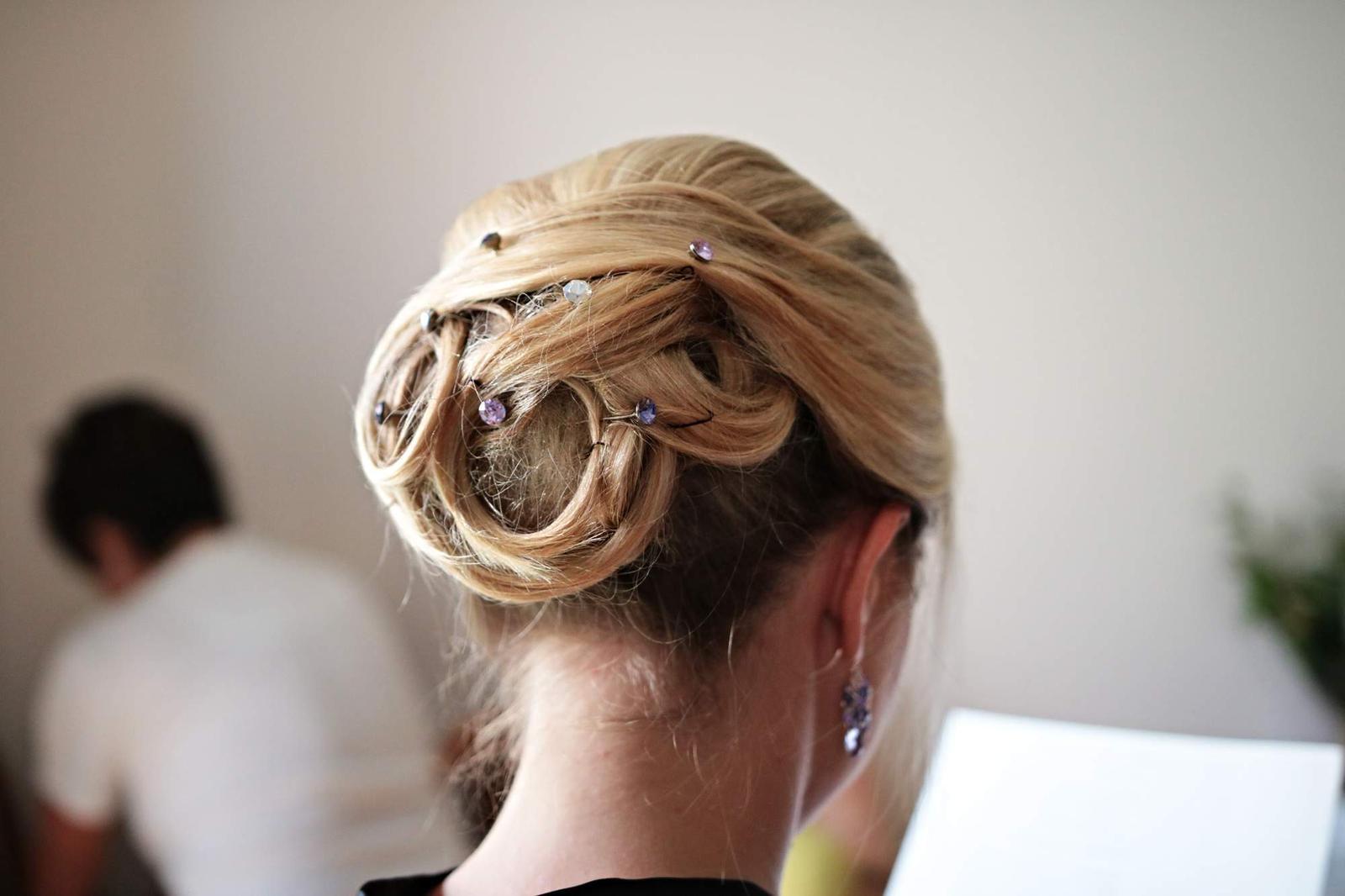Perličky do vlasu a náušnice v černé barvě - Obrázek č. 3