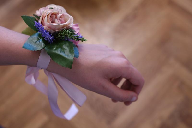 Květinové náramky pro svědkyni a družičky - Obrázek č. 1