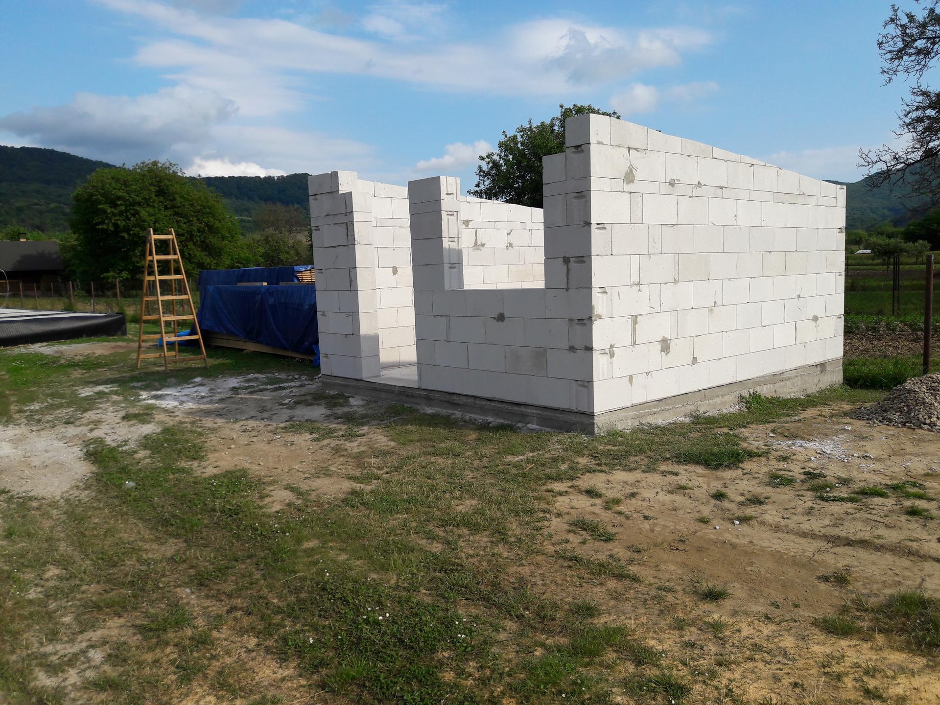 Hrubá stavba - Miestnosť, ktorá bude  súčasťou prístrešku pre  autá vymurovaná. Ešte  prídu preklady, a môžeme  robiť  veniec.