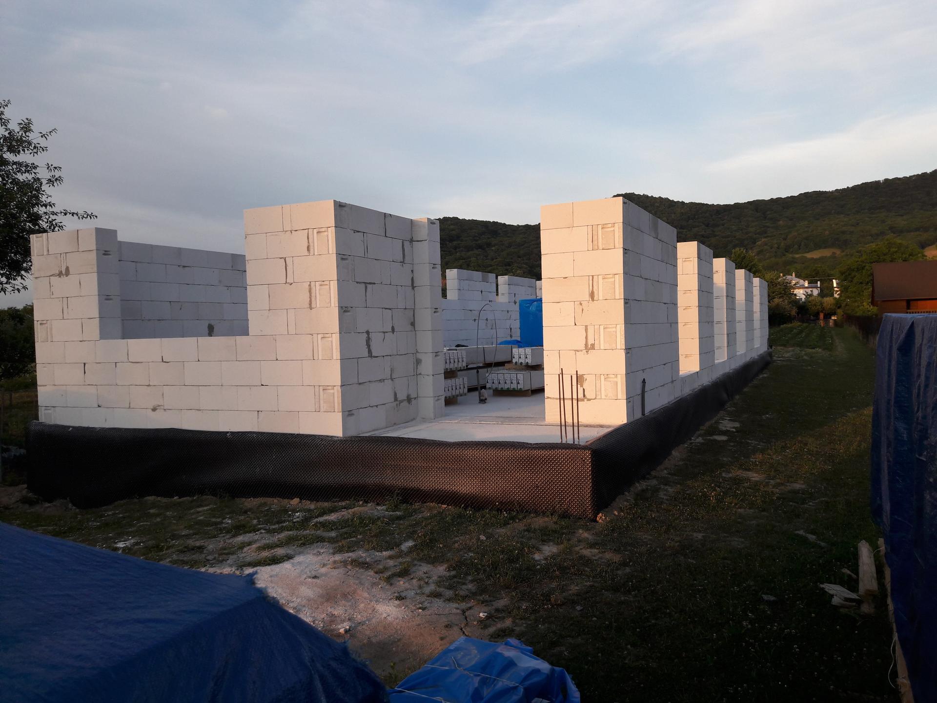 Hrubá stavba - Múry  trošku  povyrástli