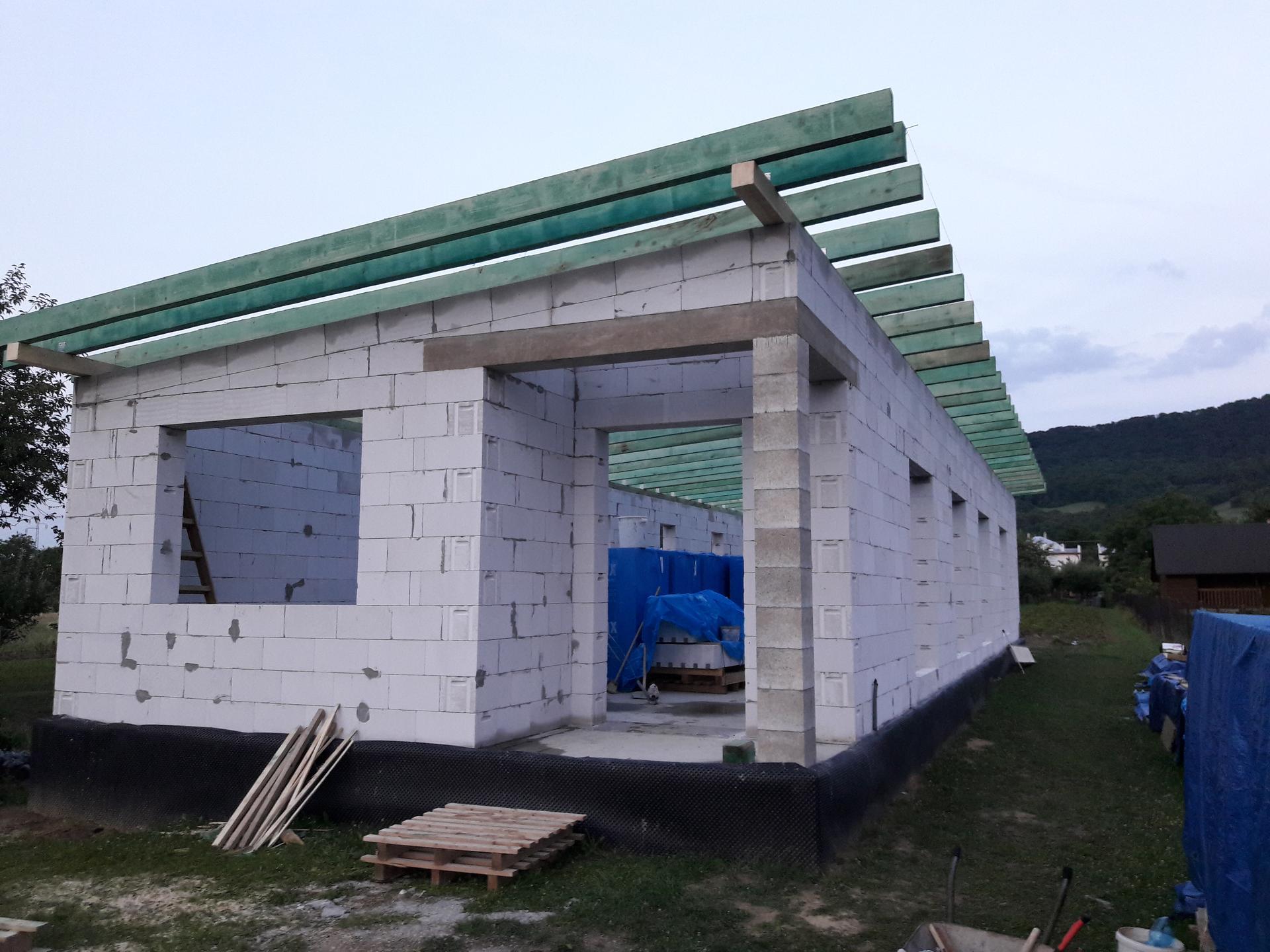 Hrubá stavba - Začali sme so strechou