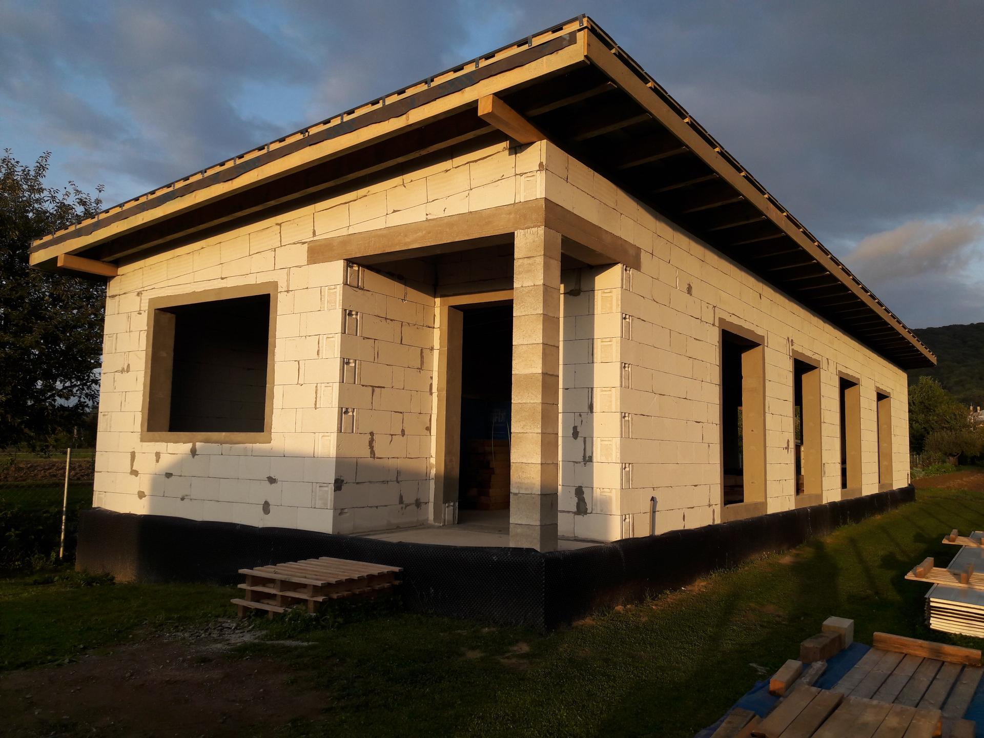 Hrubá stavba - Okenné  otvory  vyspravené.