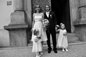 Tahle fotka sice nebyla první, ale nejvíc se nám líbí :-) Naše šťastná rodina po svatbě