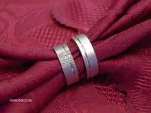 Tak a tohle jsou naše prstýnky...bíle zlato (můj je ten s kamínky :-))