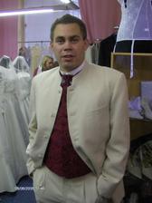 Pavlík v obleku s vestičkou a uzlíkem