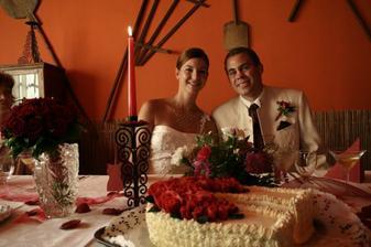 a už u svatebního stolu...se svatebním dortíkem...bylo to  krásné... obojí...