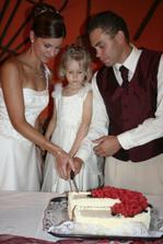 krájení svatebního dortu s družičkou Babetkou...