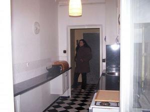 pohlad z povodnej kuchyne do chodby