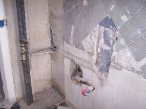 zburana stena a odstavenie vody zo stupacky v kuchyni