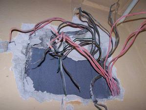 elektricky pavuk (odstranenie povodnych el.rozvodov)