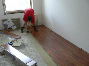 vymalovano a pokladame podlahu