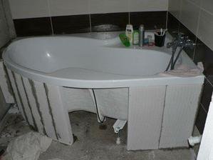 koupelnička už má od dnes (7.8.2009) podezděnou vanu...