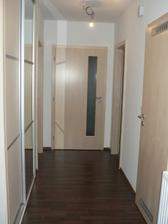 spodní chodba, vlevo vestavná skříň