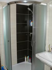 sprchový kout ve spodní koupelně