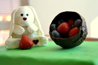 Extra čokoládový zajíček s košíčkem plným ovoce - čokoládový korpus s lehkým čoko krémem, potřený bílou čokoládou