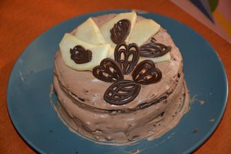 čokoládový korpus, hruška a pařížská šlehačka (zbytky z dortu Titanic)