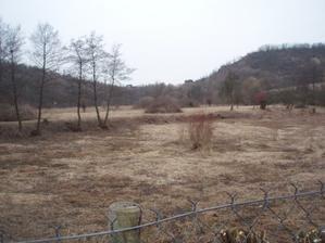 Vypuštěný rybník :-(( do svatby už se asi napustit nestihne, ale zase se nám v něm nikdo neutopí. A kolem něj obrovská plocha pro stanové městečko