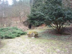 A tady už je samotné místo činu, kámen poslouží za oddací stolek
