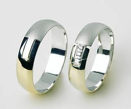 nakonec konečná verze prstýnků budou celé v lesku a 4 brilianty a představte si cena 9500 www.prstenyzabka.cz