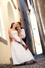 Na konci uličky stále postávala nějaká paní, tak jsme čekali, ona čekala... pak se nesměle zeptala, jestli může projít :D Tak ne, že bychom ji na svatební fotce nechtěli, ale bez ní je to lepší, ne? :o))))