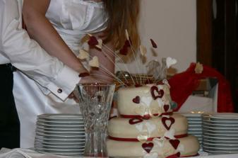 Cukrářská chirurgie :-) Chudák dort už zhroucenej jak po infarktu. Taky od manželovo kolegy